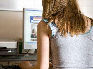 Garotas adolescentes tendem a se encontrar com pessoas que conhecem na web (Foto: Reprodução-CNET)