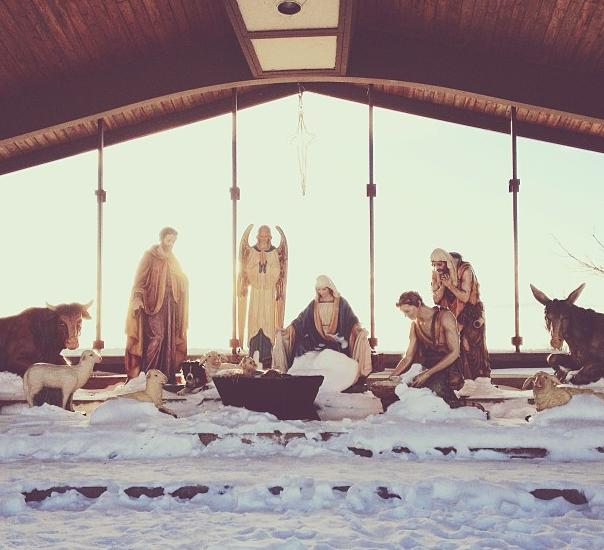 Momo escondido no meio das estátuas de um presépio (Foto: Reprodução/Instagram)