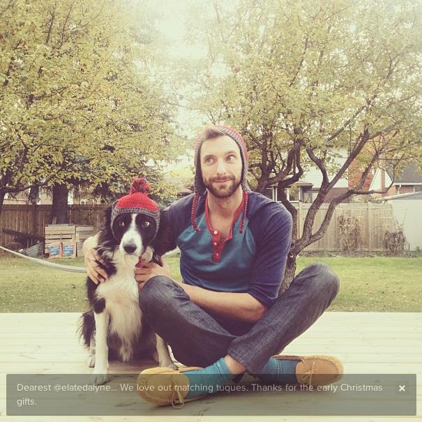 Andrew e seu cão, Momo, posam juntos para foto