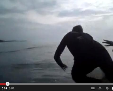"""Rapaz é empurrado do barco e quase é pego por turbarão em brincadeira sem graça dos """"amigos"""" (Foto: Reprodução/YouTube)"""
