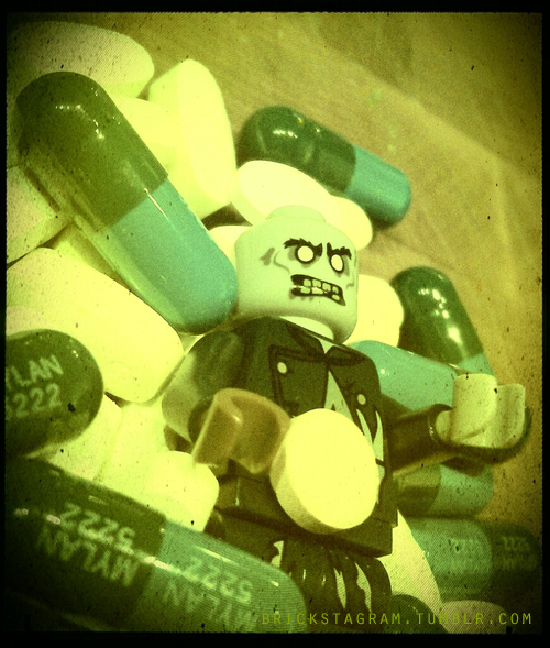Bonequinho simulando um monstro entre pílulas (Divulgação|Brickstagram)
