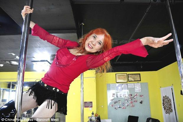 Chinesa de 60 anos faz sucesso no pole dancing (Foto: Reprodução/Daily Mail)