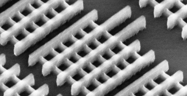"Figura 3: microfotografia detalhada de transistores ""trigate"""