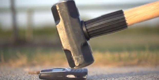 Nem martelada destruiu o Nokia 3310 (Foto: Reprodução/YouTube)