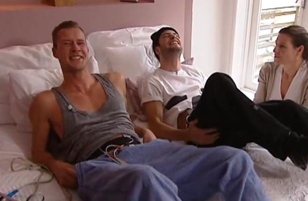 Dennis Storm e Valerio Zeno sentem as dores do trabalho de parto (Foto:Reprodução)