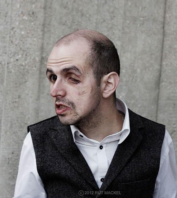Homem com rosto deformado pelo vidro em projeto fotográfico (Foto: Rut Mackel)
