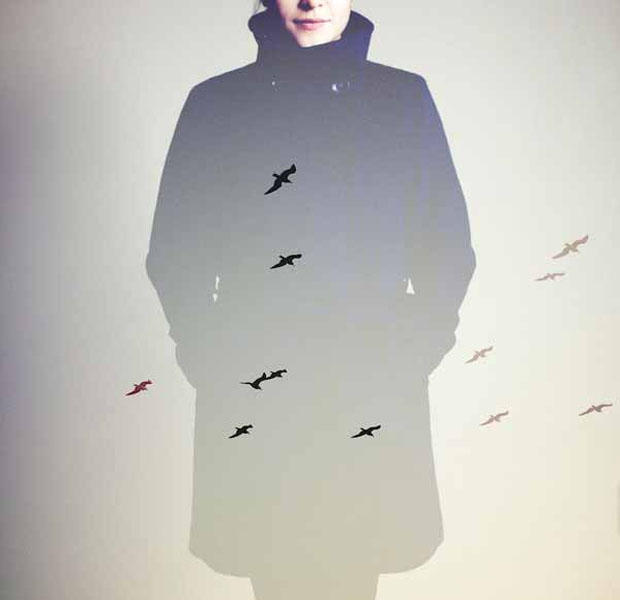Dupla exposição apresenta mulher com casaco mesclada com pássaros (Foto: Reprodução/ Taylor Allen)