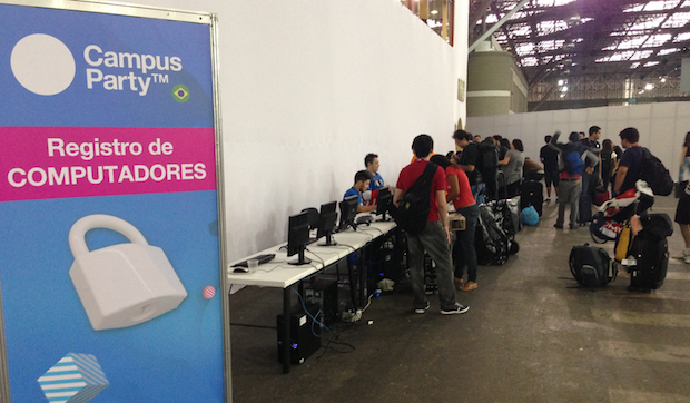 Área de registro de computadores na Campus Party Brasil 2013 (Foto: Nick Ellis/TechTudo)