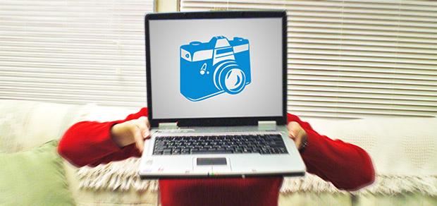 Imagem de notebook com ícone de câmera fotográfica na tela (Foto: Reprodução)