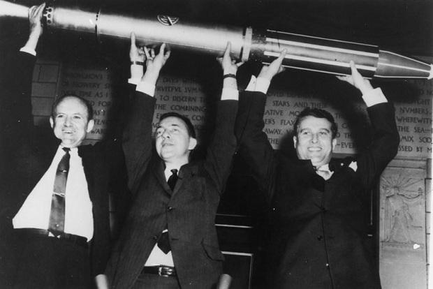 William Pickering, James Van Allen e Wernher von Braun erguem réplica do Explorer 1 (Foto: Divulgação)
