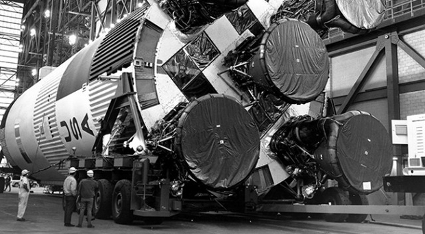 Na foto, os cinco motores do Saturno V, que estão sendo estudados pela Nasa (Foto: Reprodução)