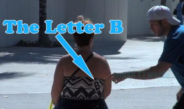 Pegadinha da Letra B rendeu até um strip involuntário (Reprodução|YouTube)