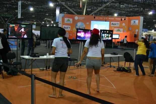 Meninas jogam Dance Central no sensor Kinect, do Xbox 360 (TechTudo|Pedro Zambarda)