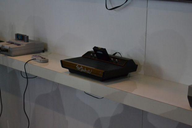 Um SNES e o Atari 2600 que foi autografado por Nolan Bushnell, um dos palestrantes da Campus Party (TechTudo|Pedro Zambarda)