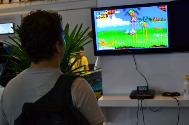 Gamer jogando Sonic no Mega Drive, na Campus Party (TechTudo|Pedro Zambarda)