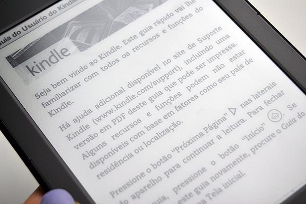 Reflexo na tela do Kindle 4 (Foto: Stella Dauer)