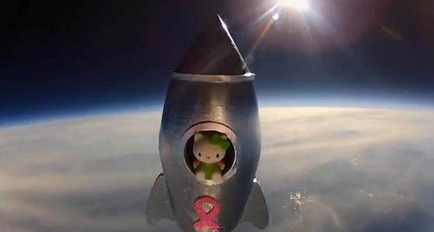 Hello Kitty no espaço virou um hit no YouTube (Foto: Reprodução YouTube)