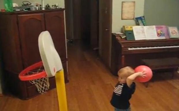 Menino dá show no basquete com apenas dois anos (Foto: Reprodução/YouTube)