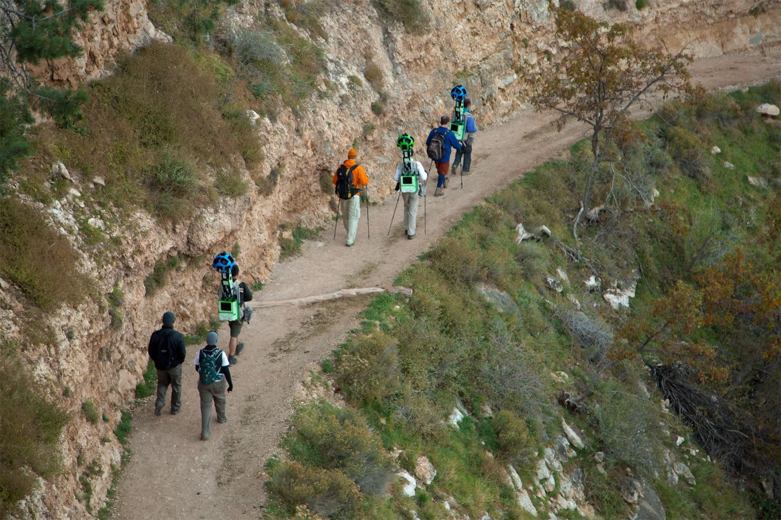 O grupo percorrendo a Bright Angel Trail - um dos caminhos mais famosos do Grand Canion (Foto: Divulgação/Google)
