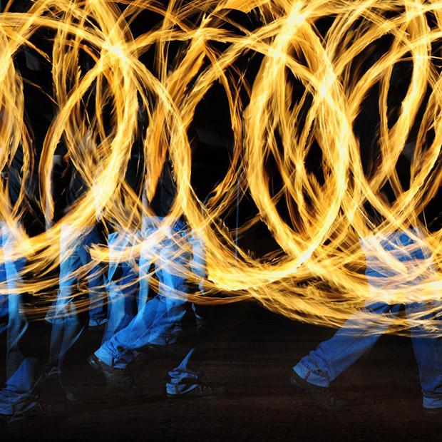 Foto de longa exposição com malabares. Imagem feita com exposição de 20 segundos, F11, ISO 100 e disparos de flash externo (Foto: Vinicius Carvalho)