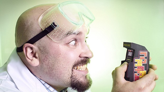 Com cara de cientista louco, Mark Slevisnky criou o menor fliperama do mundo (Foto: Mail Online)