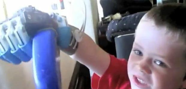 Menino usa RoboHand para pegar objetos (Foto: Reprodução/YouTube)
