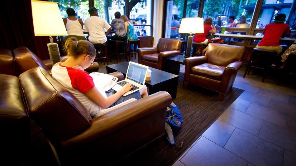 Garota usa rede Wi-Fi pública para conectar o seu laptop na Internet