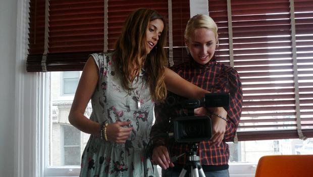 "Vala Halldorsdottir e Sesselja Vilhjalmsdottir preparam cenas do ""The Startup Kids"" (Foto: Reprodução / Startup Kids Blog)"