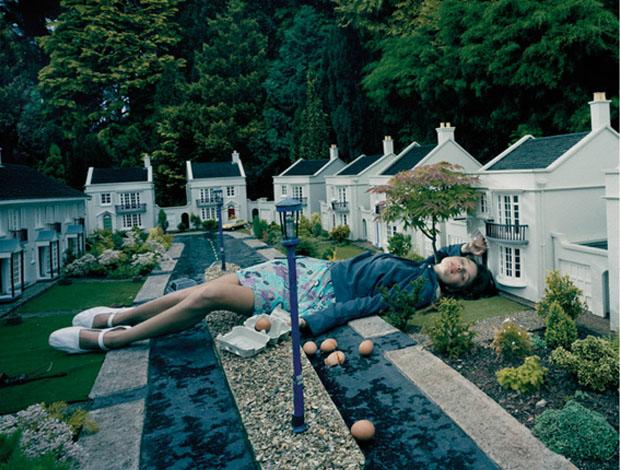 Moça adormecida em pequena cidade (Foto: Reprodução/ Julia Fullerton-Batten)