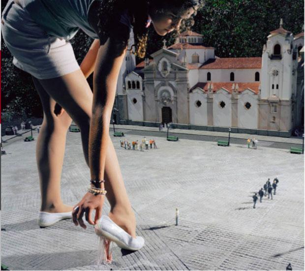 Mulher ajeita o sapato na cidade em miniatura (Foto: Reprodução/ Julia Fullerton-Batten)