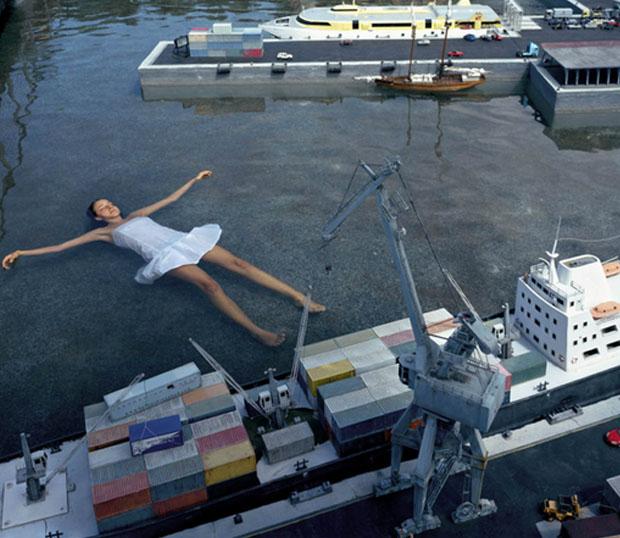 Moça flutua no cenário da miniatura (Foto: Reprodução/Julia Fullerton-Batten)