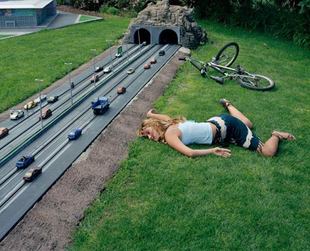 Moça cai da bicicleta ao lado de pequena rodovia (Foto: Reprodução/ Julia Fullerton-Batten)