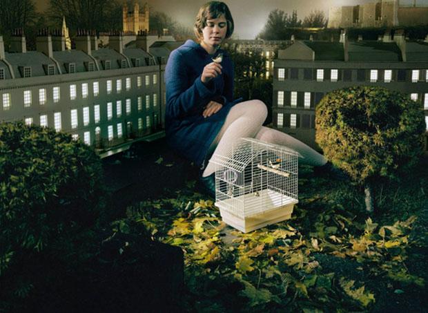 Mulher e gaiola em meio a cidade em pequena escala (Foto: Reprodução/ Julia Fullerton-Batten)