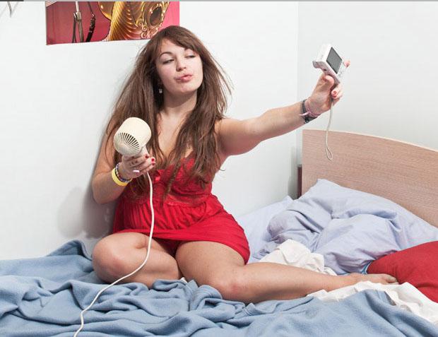 Garota usa até secador para produzir foto de perfil (Foto: Reprodução/ Mathieu Grac)