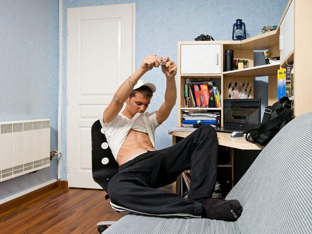 Rapaz fotografando a si mesmo para postar em rede social (Foto: Reprodução/  Mathieu Grac)