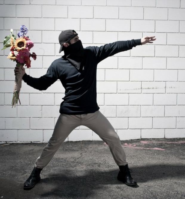 Rapaz simula famosa imagem de Banksy (Foto: Reprodução/  Nick Stern)
