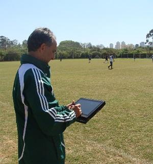 Hamilton Ramos, coordenador técnico da base do Palmeiras, usava iPad quando era auxiliar do Sub-20 (Foto: Divulgação)