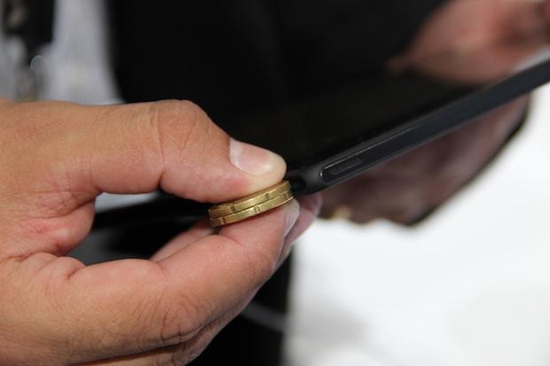 Fino como uma duas moedas, esse é o Xperia tablet Z (Foto: TechTudo/Fabrício Vitorino)