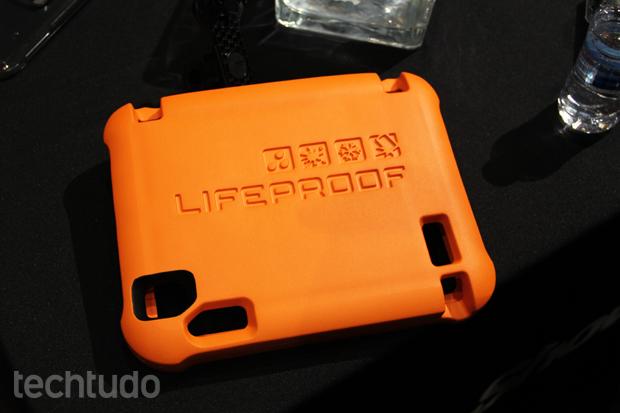 O material que envolve o case não permite que o gadget afunde (Foto: Fabrício Vitorino/TechTudo)