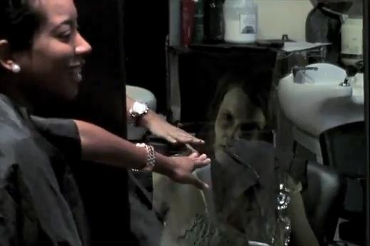Mulher se assusta com assombração no espelho (Foto: Reprodução/YouTube)