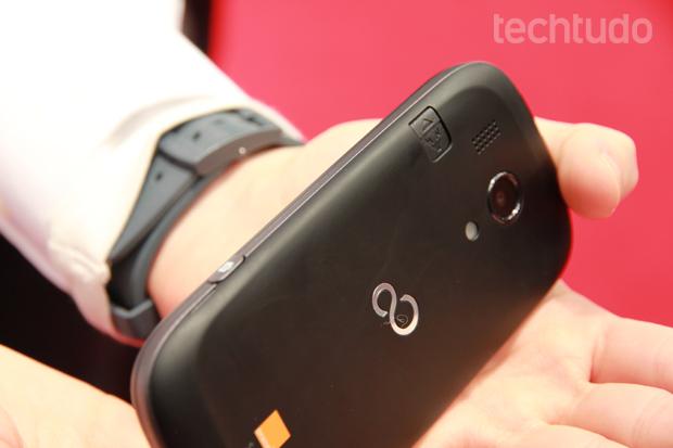 Smartphone da Fujitsu tem botão físico dedicado à câmera (Foto: Allan Melo/TechTudo)