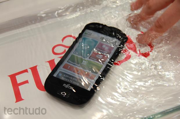 Além de ter a interface modificada, o Fujitsu S01 é a prova d'água (Foto: Allan Melo/TechTudo)