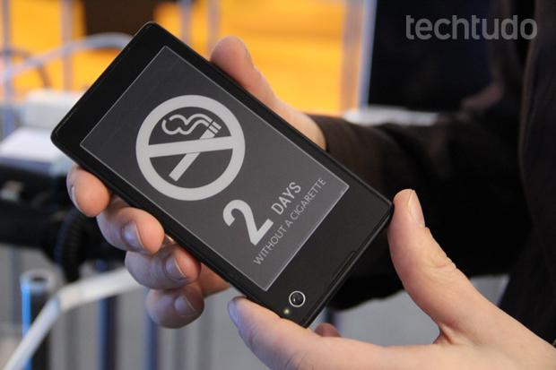 Smartphone russo tem tela traseira de e-ink (Foto: Fabrício Vitorino/TechTudo)