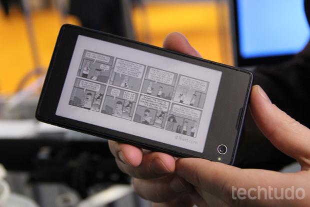 Apesar de não ter um design matador, o YotaPhone chama atenção pelas duas telas (Foto: Fabrício Vitorino/TechTudo)