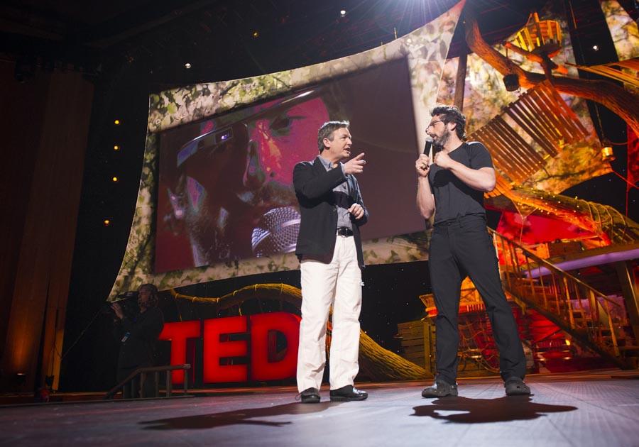 Sergey Brin usando o Google Glass em mais uma participação no TED (Foto: Reprodução/TED)