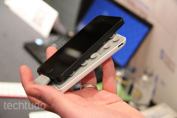 Bateria extra oferece 2000 mAh a mais para os gadgets (Foto: Fabrício Vitorino/TechTudo)