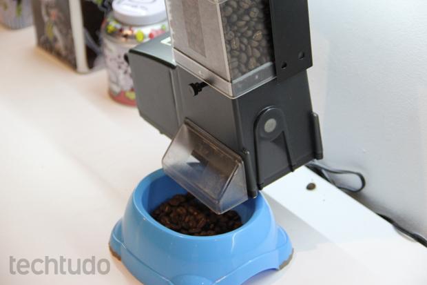 Através do gadget, usuário pode decidir até a quantidade de alimento dada ao seu pet (Foto: Fabrício Vitorino/TechTudo)