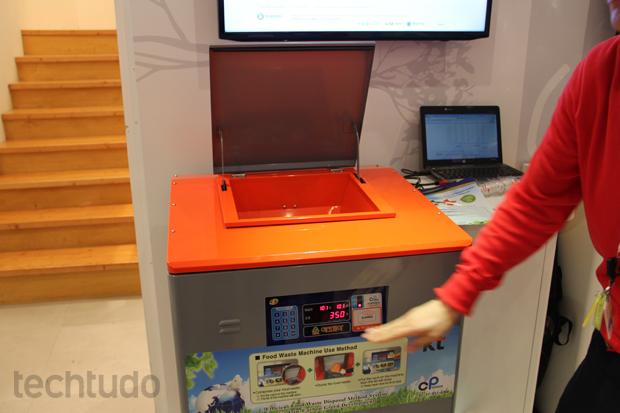 Máquina compacta o resto de comida desperdiçado pelo usuário (Foto: Fabrício Vitorino/TechTudo)