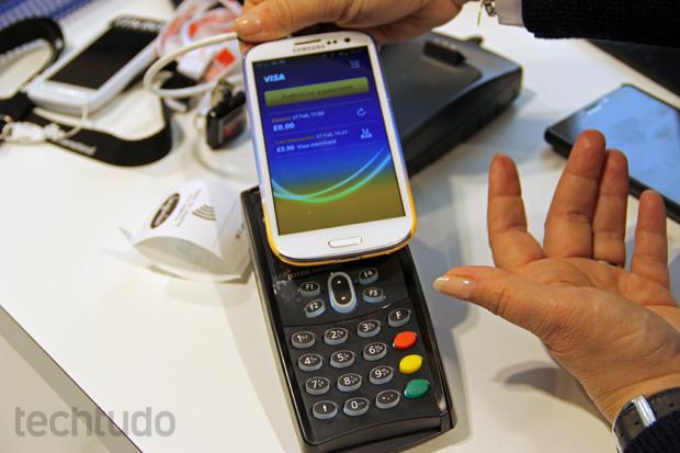 Para fazer o pagamento, é preciso somente aproximar o aparelho da máquina e digitar a senha (Foto: Fabrício Vitorino/TechTudo)