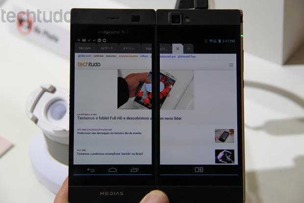 Ao ser aberta, segunda tela do aparelho complementa a imagem da primeira (Foto: Fabrício Vitorino/TechTudo)